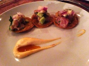 Tostadas de atún, aguacate y pimentón con mayonesa chipotle