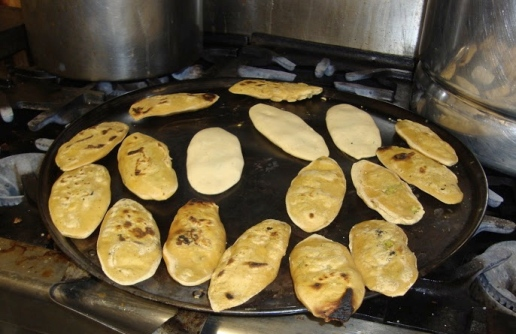 Preparando los tlacoyos en las cocinas de El Parnita