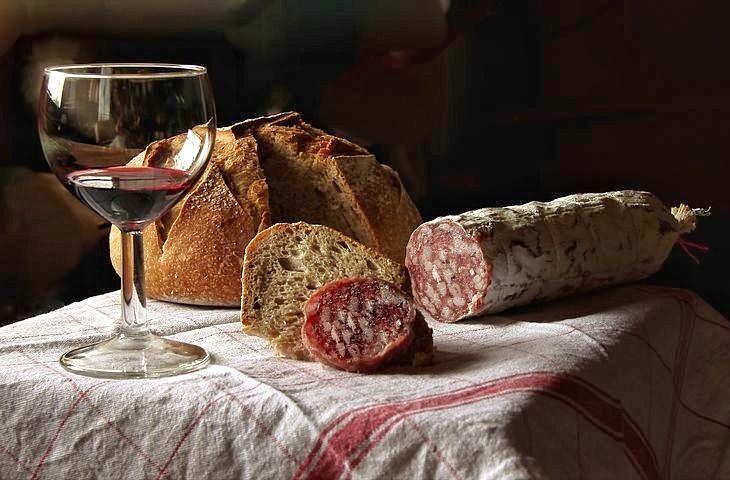 aperitif-aperitivo-saleme-con-vino-tinto