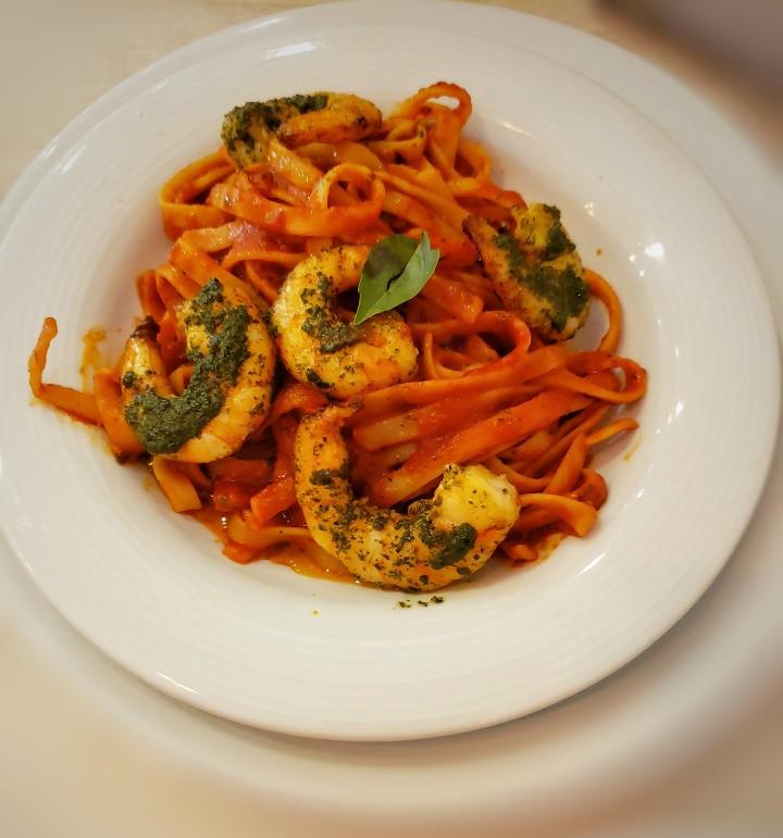 Fettuccine con pomodoro y camarones restaurante dulce olivo